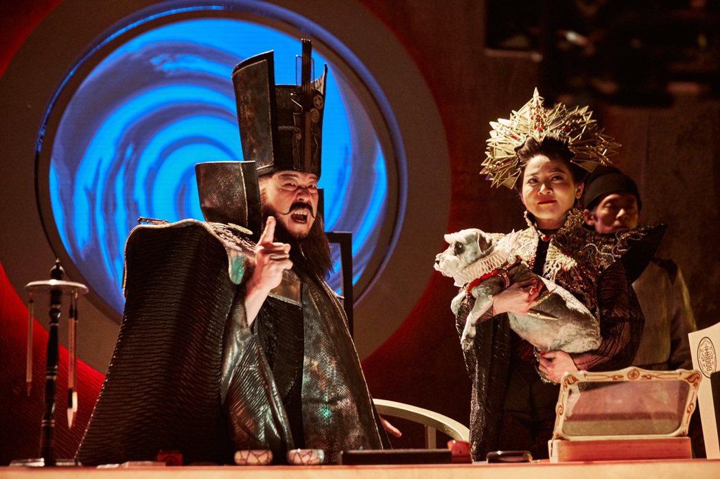 羅北安(左)、王彩樺在「孟婆客棧」中飾演閻王夫妻。圖/民視提供