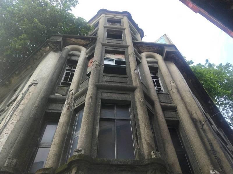 「鬼屋」基隆林開郡洋樓掉磚影響公安,市府限期改善。記者游明煌/攝影