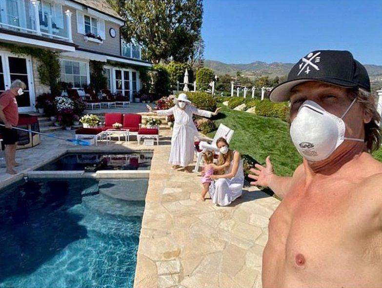 喬許布洛林戴口罩卻裸上身,防疫功能難估算。圖/摘自Instagram