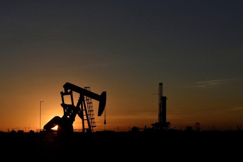 美國油價跌破每桶15美元,創20多年來新低。路透
