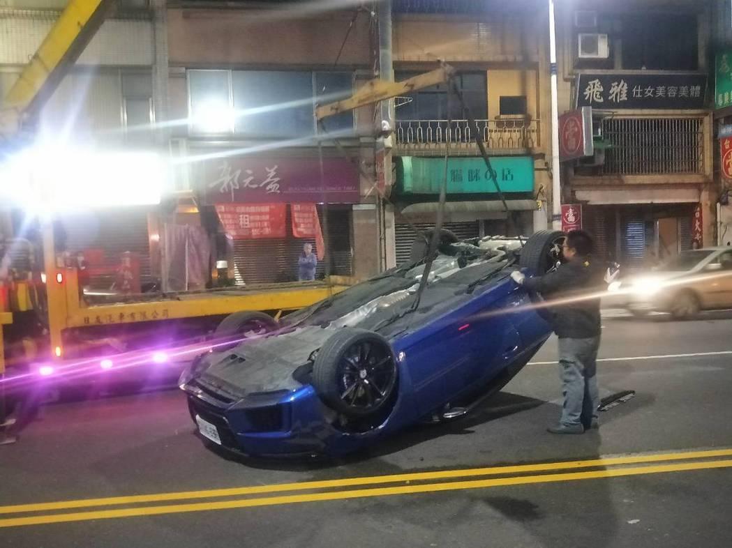 奧迪Audi TT跑車,追撞2車翻車3傷,目擊者:車飛起來翻一圈。記者游明煌/攝...