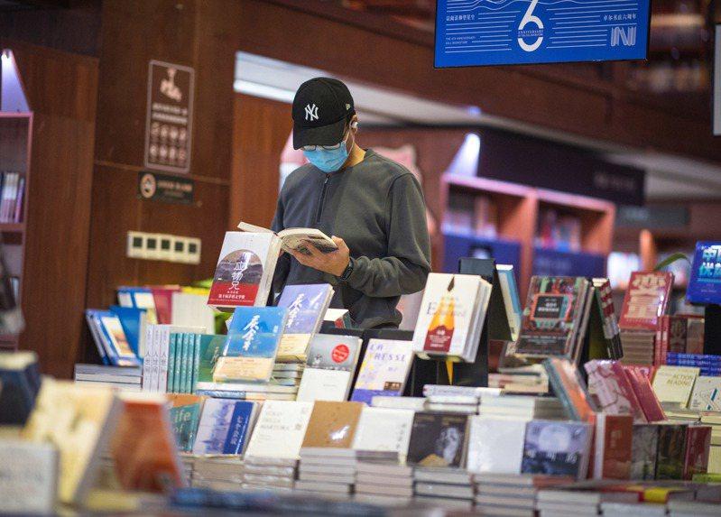 武漢城市逐漸回復常態,其中書店已重啟。但言論是否能再寬鬆,有待觀察。新華社