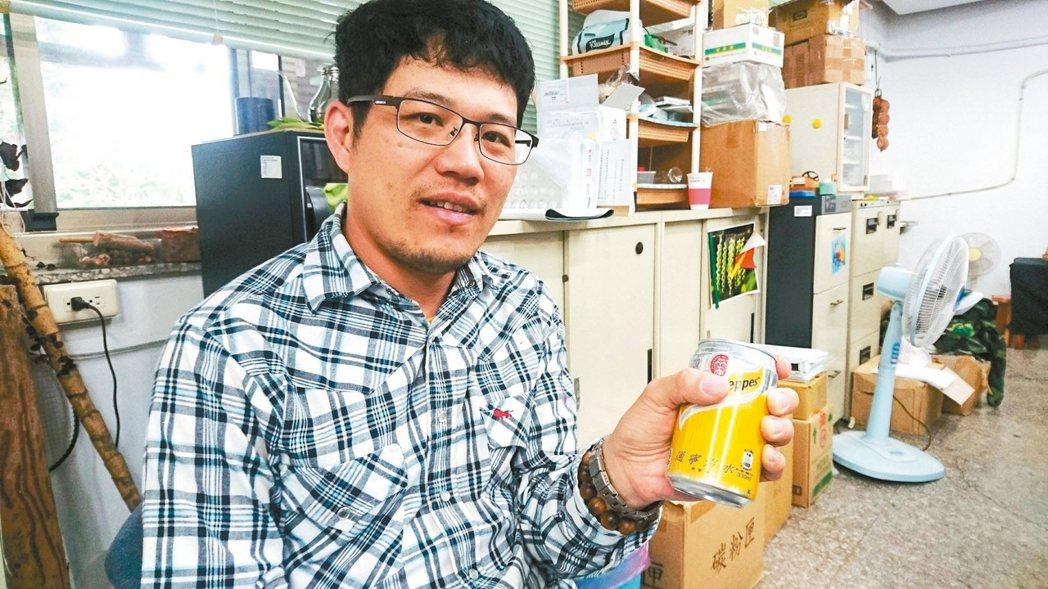 台大實驗林研究助理楊智凱表示,坊間通寧汽水所含奎寧化學成分低,應不具抗疫功能。 ...