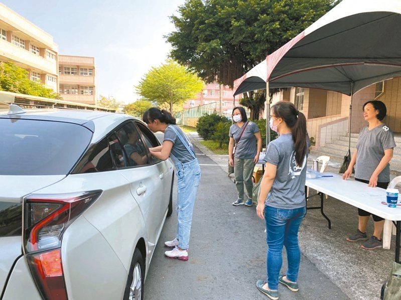 配合防疫,斗六鎮南國小創意得來速,讓家長不必下車,只要遞交報到資料,即可完成報到快速離開。 記者蔡維斌/攝影