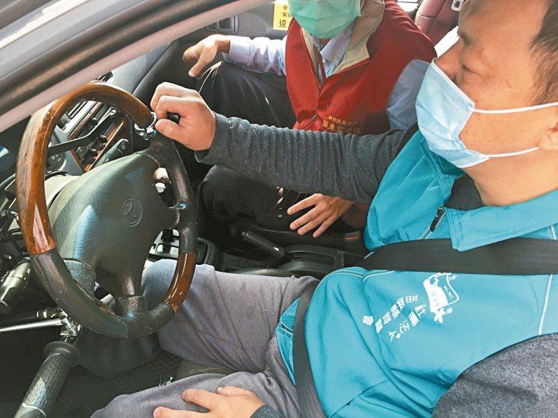 苗栗縣第一輛身障教練車最近掛牌並通過會勘,即日起可受理招生報名。 圖/苗栗監理站提供