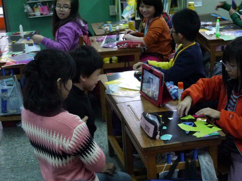 桃園教育局曾推動翻轉教室整合系統,讓在家教育者可透過平板電腦,與學校視訊。 圖/桃園教育局提供
