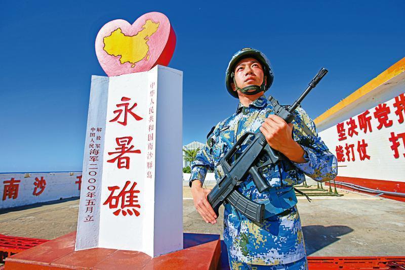 中國在南沙的渚碧礁、美濟礁、永暑礁三座擁有大型機場的人工島把太平島圍在中央,太平島戰區已經不止該島本身,還涵蓋上述三座人工島,情勢相當複雜。 圖/新華社