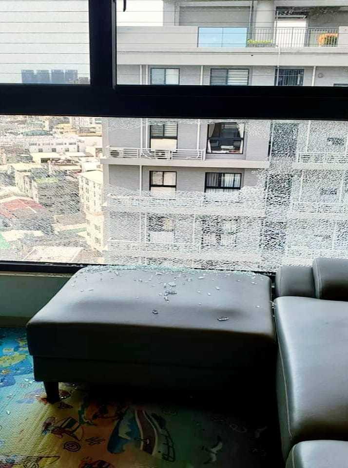 一名女子PO文表示,自己家裡窗戶的玻璃突然炸裂,玻璃碎屑甚至還差點砸到其他住戶。...