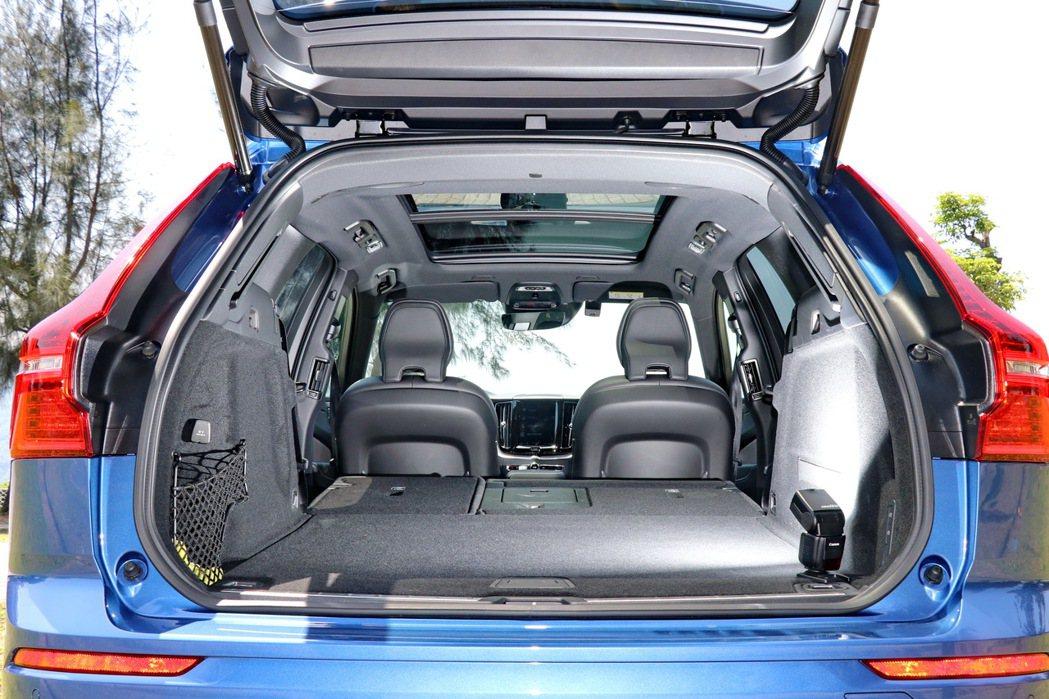 6/4分離座椅打平之下,能將行李廂空間擴增至1410公升。 記者陳威任/攝影