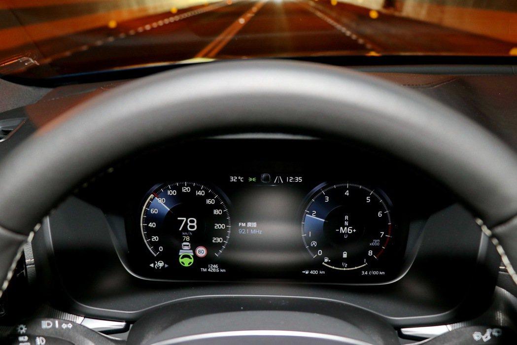 啟動半自動駕駛功能。 記者陳威任/攝影