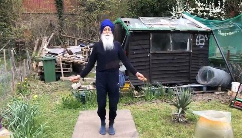跳繩大叔(Skipping Sikh)教如何在家健身,他表示跳繩5分鐘,等同於跑3公里的路。圖/Twitter@Skipping Sikh