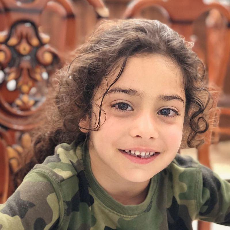 一頭長髮和大眼睛,Arat Hosseini確實像個小女孩。圖/Instragram