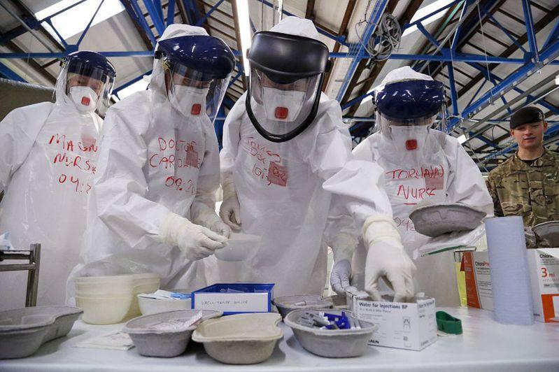 各國都面臨防護衣不足的問題,除了自己買以外,WHO也發送發展中國家防護衣。(Photo on Wikipedia)