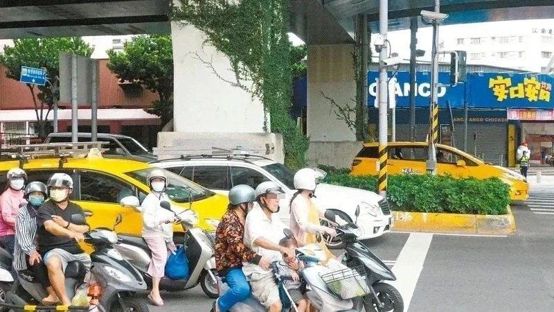 新竹監理所苗栗監理站、苗栗縣警局交通隊呼籲高齡開車、騎車,或外出走路,但要「量力而為」,遵守交通規則,並注意安全。圖/本報資料照片