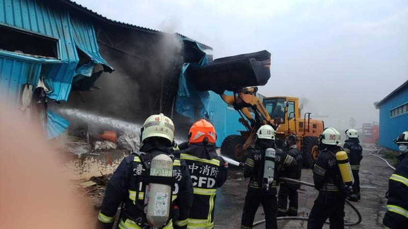 台中火力電廠廢棄物儲存場今天發生火警,台中港務消防隊派人車搶救。圖。台中港務消防隊提供