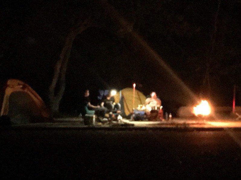 那瑪夏族人發現,昨晚多達十幾頂帳篷搭在平台上。記者徐白櫻/翻攝