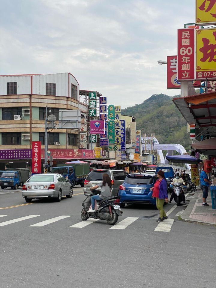 今天是假日,甲仙商圈已經出現上山遊客,但人潮並未過度集中。記者徐白櫻/翻攝