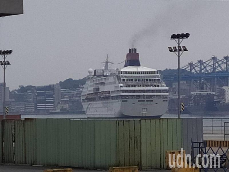 寶瓶星號在基隆港碼頭靜靜待了70天,今天上午動新啟動引擎,煙囱冒出淡淡的黑煙。記者邱瑞杰/翻攝