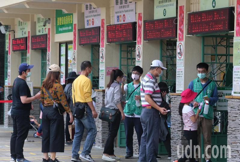 臺北市立動物園上午也有不少民眾攜家帶眷前往,園方在入口處為入園民眾一一量體溫,噴乾洗手,並奉勸要戴上口罩。記者胡經周/攝影