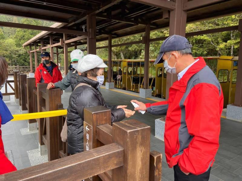 這兩天太平山國家森林遊樂區的遊客增加不少,園區啟動防疫管制,噴雙手消毒液。圖 /太平山莊提供