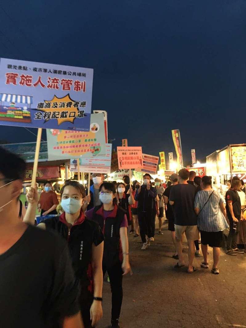 雲林縣衛生局昨天晚間到斗六人文夜市進行防疫宣導,要求攤商、消費者應全程配戴口罩,不得邊走邊吃。圖/雲林縣衛生局提供