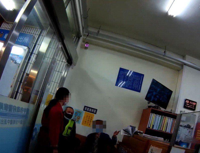 台中市黃姓老婦15日跑進台中第一警分局繼中所尋求協助,警方利用黃婦的生肖,順利從警用系統查出身分,通知老婦家人帶回。圖/第一警分局提供