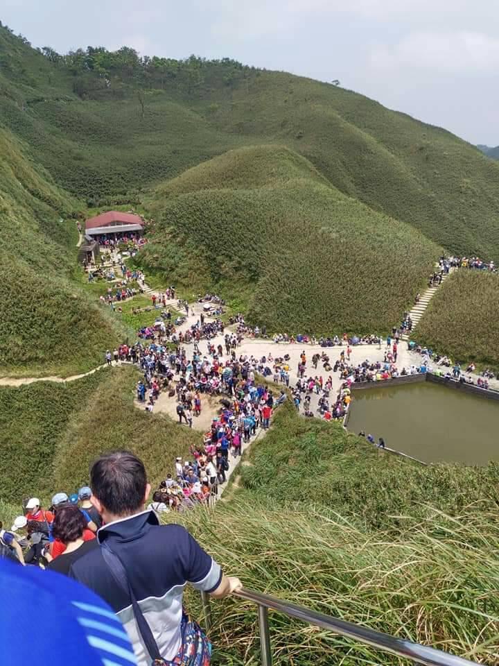 宜蘭知名網拍美境聖母山莊「抹茶山」,這兩天湧入大批登山遊客。圖/網友提供