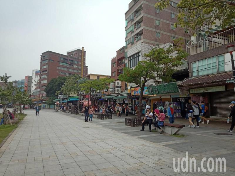 淡水老街商圈商圈今上午人潮不多。記者吳亮賢 / 攝影