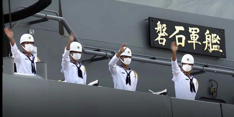 疫情指揮中心19日公布海軍敦睦艦隊新增21人確診,另新增1例為境外移入,全國確診數達420例。官兵下船後成為防疫隱憂。圖/取自軍聞社