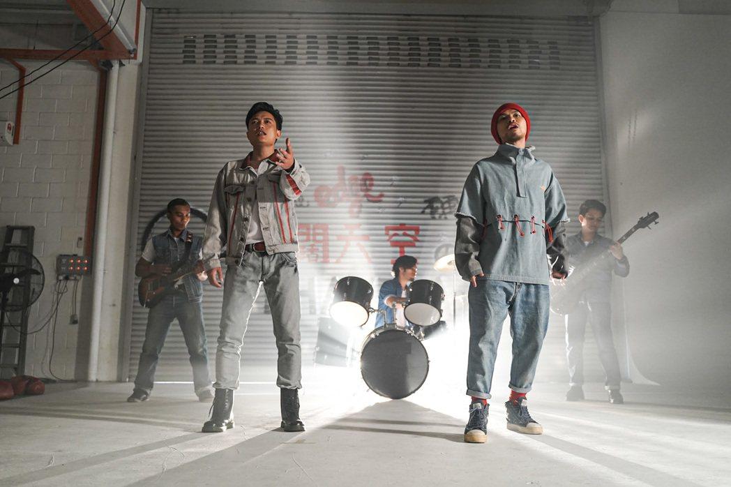 黃明志(右)和大陸歌手富九合唱新歌。圖/亞洲通文創提供