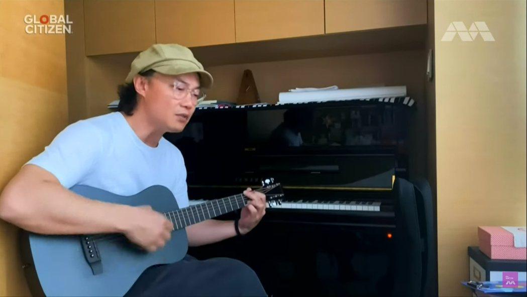 陳奕迅一連演唱2首歌曲,分別用吉他彈唱「我什麼都沒有」,而後又用鋼琴彈唱約翰藍儂...