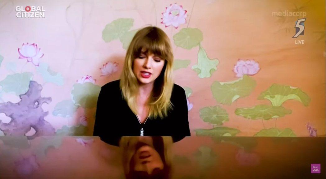 泰勒絲也有現身自彈自唱。圖/摘自Youtube截圖