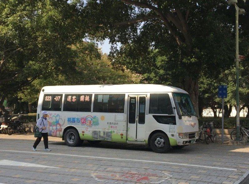 桃園市免費公車「樂活巴」,今天公布第一波將裁撤10條路線,自5月1日起停駛。圖/報系資料照