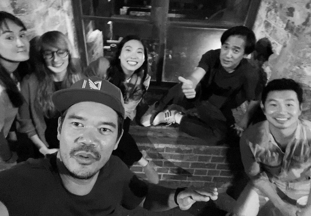 「上氣」導演德斯汀克里頓秀出片場演員合體照片,梁朝偉也赫見其中。圖/摘自IG