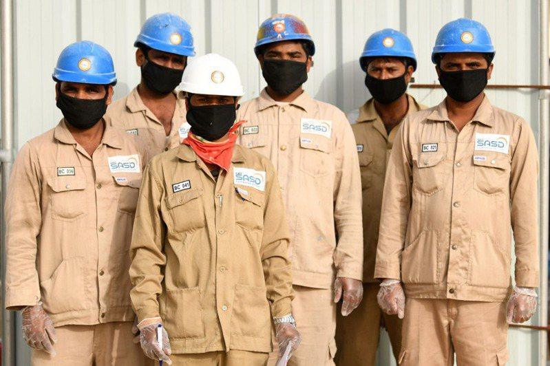 阿聯酋有眾多移工,其中以印度人最多,他們之中有人想回國卻不可得。 法新社