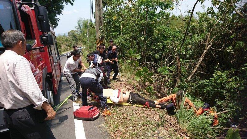 張姓男騎士在旗山中寮山轉彎處摔落邊坡,警消人員將人搶救送醫。記者徐白櫻/翻攝