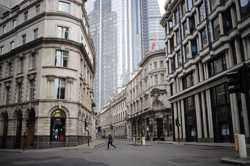 英國累計不治患者達到1萬6060人,圖為16日倫敦金融城內一處人車稀落的街道。法新社