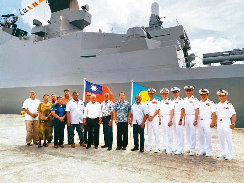 我敦睦艦隊日前造訪帛琉時,與帛琉副總統Raynold Oilouch(右七)合影。圖/取自駐帛琉大使館臉書