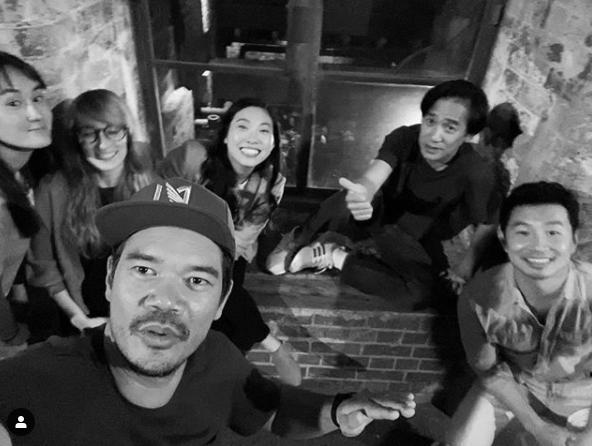 「上氣」導演德斯汀克里頓秀出片場演員合體照片,梁朝偉也在其中。圖/摘自IG
