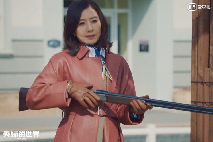 金喜愛提槍殺到貴婦團聚會。圖/愛奇藝台灣站提供