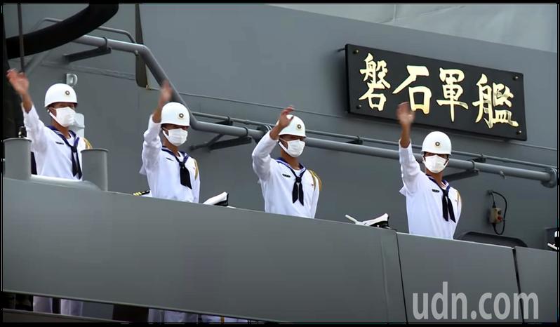 敦睦支隊的磐石軍艦緩緩靠港。圖/取自軍聞社