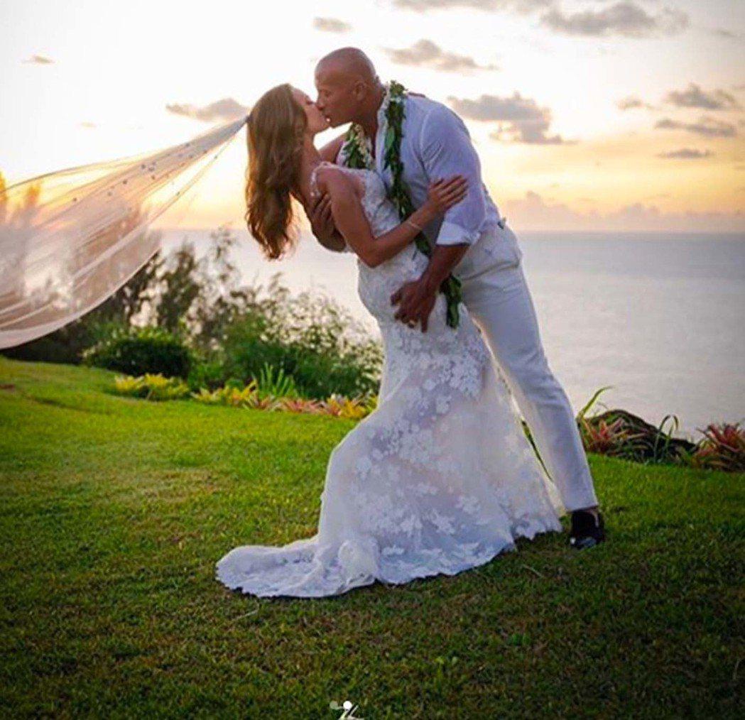 巨石強森去年8月才將交往12年的女友蘿倫哈珊娶回家。圖/摘自IG
