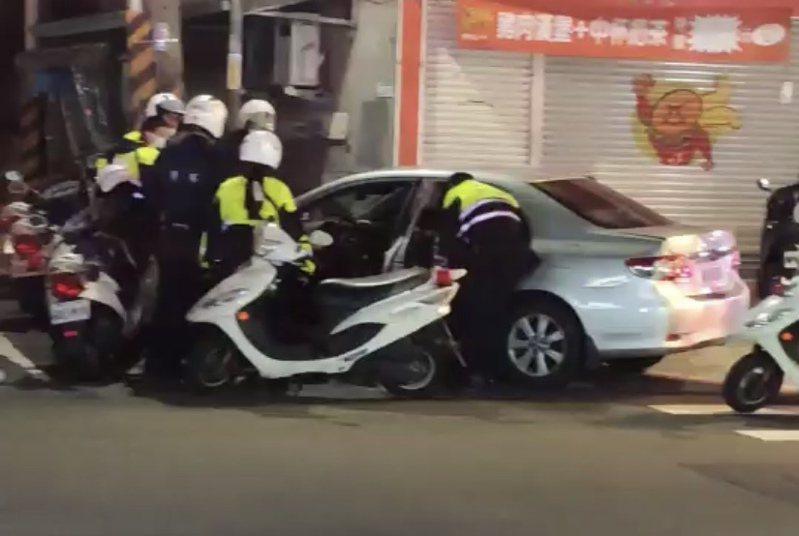 警方巡邏時眼尖發現車上男子疑似曾被他法辦,上前盤查後果然搜出改造槍枝一把、子彈4顆與安非他命。圖/讀者提供