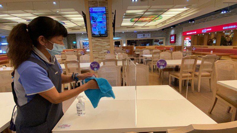 義大世界購物廣場間今晚9點提早閉館休息,工作人員進行消毒。圖/義大世界提供