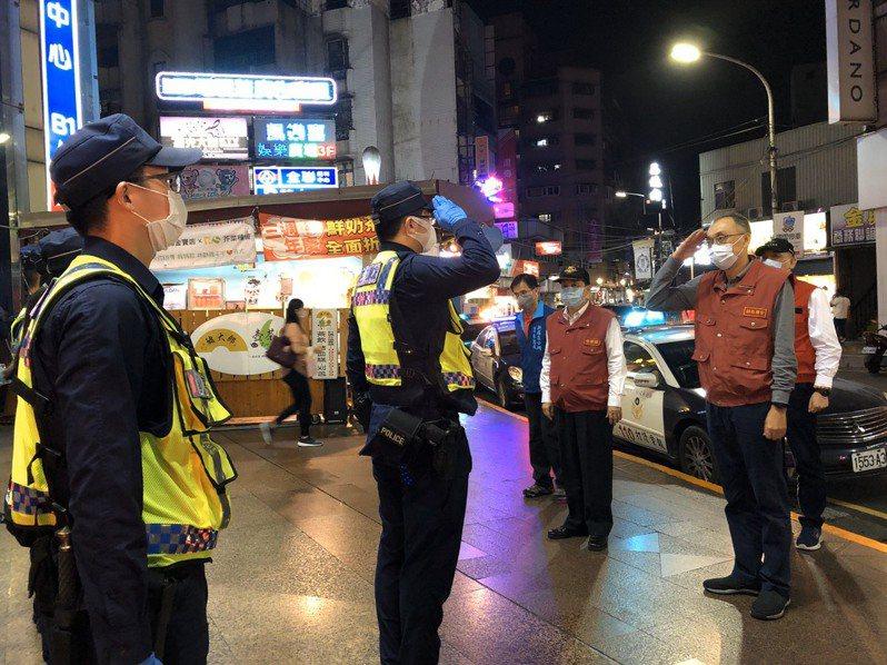 新北市副市長謝政達(右一)今晚督導警方擴大臨檢KTV,呼籲民眾與業者都要遵循防疫規定。記者林昭彰/翻攝