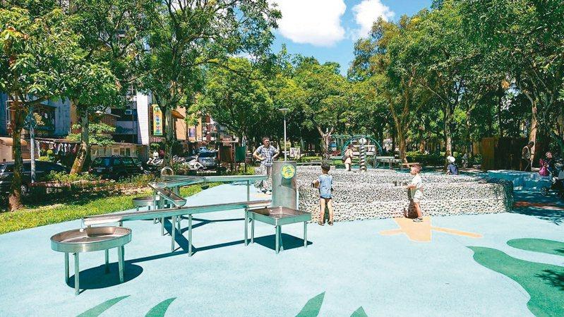 北市南港區的玉成公園,去年開放全新的特色共融遊戲場,並新增全市少有的水設施,例如水拱環、珊瑚水道、螺旋汲水器。 圖/台北市公園處提供