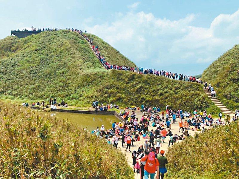 宜蘭礁溪鄉抹茶山連兩日湧入超多遊客,人潮密密麻麻,志工統計,之前假日二百多人,這兩天約一、兩千人,至少加增五倍。 圖/小飛俠提供