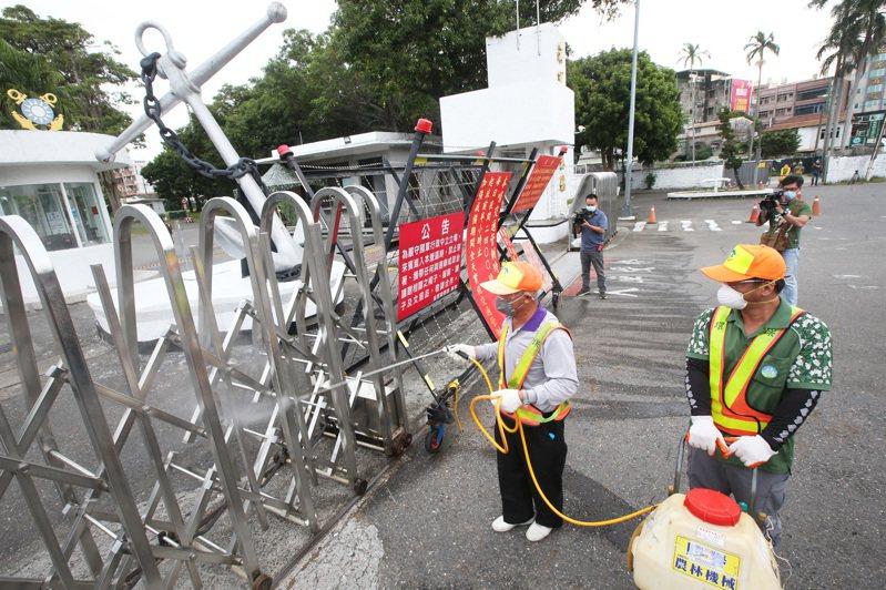 海軍磐石艦24官兵確診,高雄市環保局昨天針對營區周邊大消毒。記者劉學聖/攝影