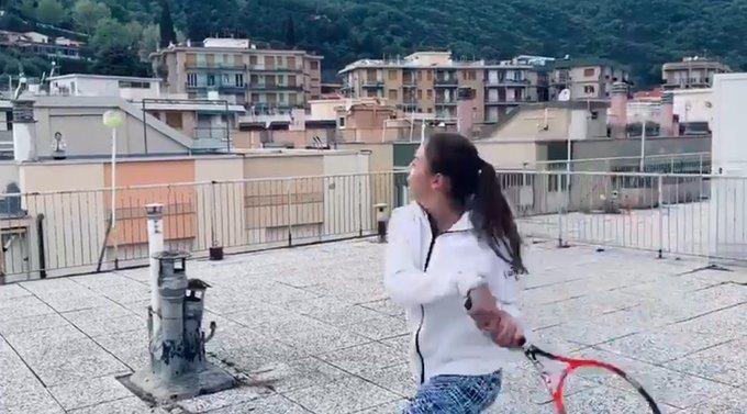 兩位女生在屋頂上練球。 擷圖自畫面