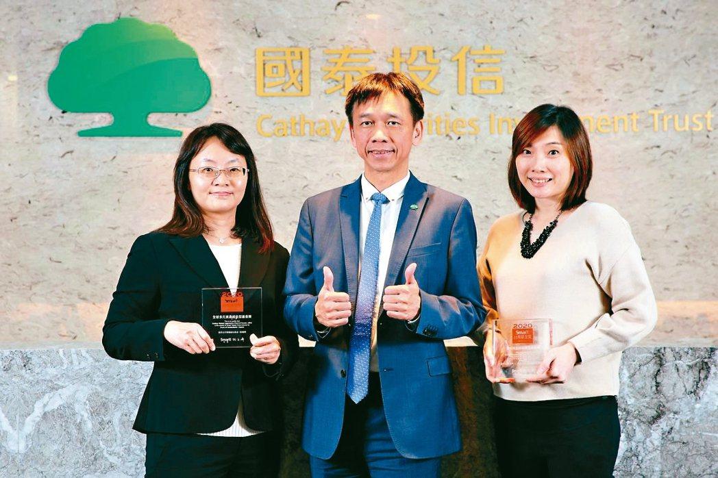 國泰投信實力堅強的團隊成為連年獲獎關鍵,國泰投信董事長張錫(中)偕得獎基金經理人...